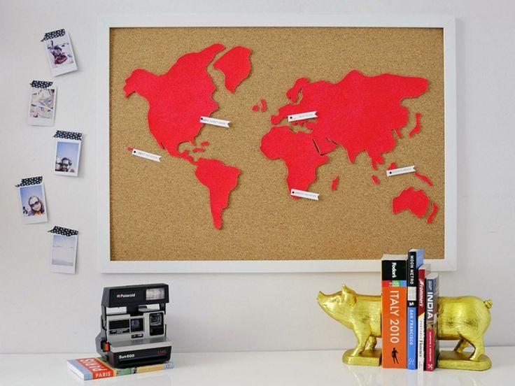 mapa mundi de cartulina sobre un tablón de corcho