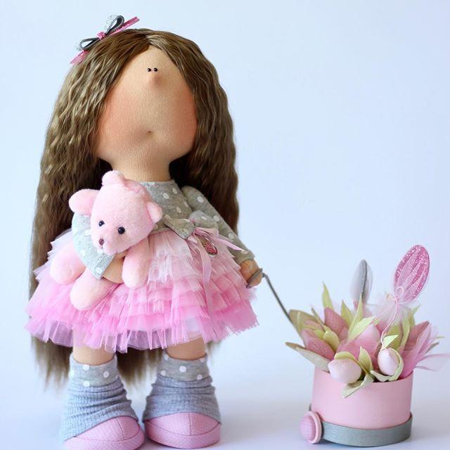 Кроха с тюльпанами.... Куколка сделана на заказ для одной очаровательной малышки.  #куклаомск #куклатильда #куклавналичии #куклавподарок #кукла #интерьернаяигрушка #интерьернаякукла #кукларучнойработы #текстильнаякукла #назаказ #тюльпаны #цветы #подарокручнойработы #подарокнаденьрождения #подарок #дляинтерьера #длядевочки #длядочки #розовый #воздушныешары #milahandycrafts #sewing #handmadedoll #handmadepresent #pink #dollmaker #doll