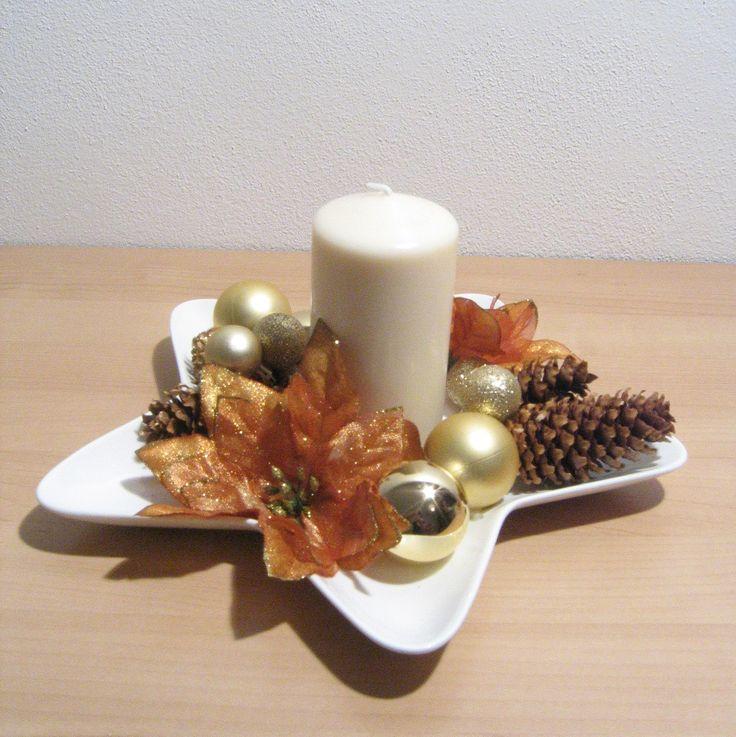 Luxusní+vánoční+svícen+Svícen+je+na+porcelánové+hvězdě,+zdoben+zlatými+ozdobami,+květy+měděné+barvy+a+šiškami,+které+se+třpytí.+Na+světle+se+celý+krásně+třpytí,+ale+na+fotce+to+není+příliš+vidět.+Svíčka+je+v+barvě+sloní+kosti,+není+čistě+bílá.+Velikost+cca+26cm+a+výška+cca+12,5cm.+Originál,+vyroben+s+láskou!+:)+Nenechávejte+hořet+bez+dohledu!