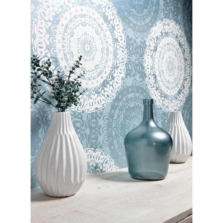 #kwantumnajaar combineer je woondecoratie met de kleur van je verf of behang. Zo creëer je een rustig geheel. Vaas Dole vind je op https://www.kwantum.nl/wonen/woondecoratie/vazen-potten. #kwantum #interior #decoratie #behang #woonkamer #wonen #vaas