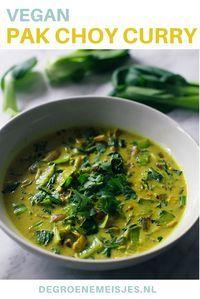 Heerlijke groene curry met baby pak choy, uien, kurkuma, venkelzaad,  gember, knoflook, kokosmelk. Combineer het met een salade, rijst of naan brood. Lees het vegan recept op de blog.