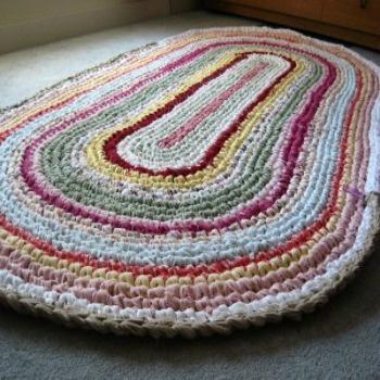 C mo hacer alfombras a mano tejidas con tela con las for Como hacer alfombras a mano