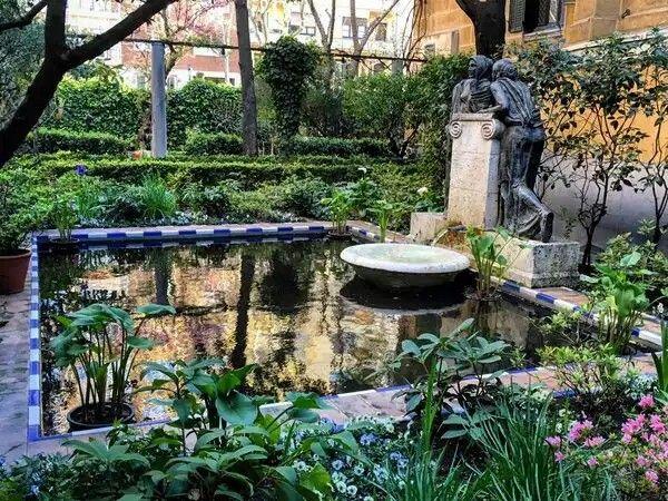 Места для идеального поцелуя в Мадриде. Sorolla-сад Музей