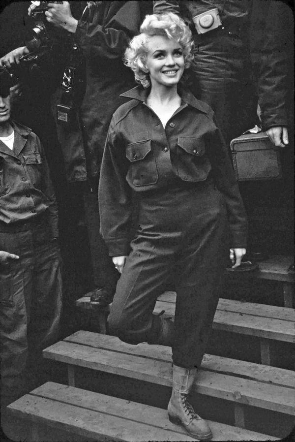 今回はミリタリーアイテムとのコンビネーション。元祖ミリタリールックといえばマリリン・モンロー。彼女のB15フライトジャケットが有名ですが、こちらのバトルドレスとコンバットブーツも素敵です...