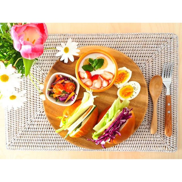 naptimesumi3.17 BREAKFAST ・ バターロールハム&チーズサンド ・ #breakfast#goodmorning#morning#weekday#sandwich#salad#wtw#tulips#margaret#yum#kurashiru#朝食#朝ごはん#朝時間#朝活#テーブルコーディネート#ワンプレート#サンドイッチ#ハムサンド#ヨーグルト#サラダ#ゆで卵#フルーツ#マーガレット#sumicooking#おうちごはん