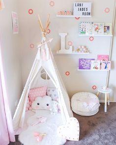 Décoration simple et épurée pour chambre bébé fille. Un joli tipi pour le coin repos et détente