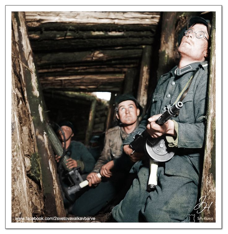 Finští vojáci v jednom z krytů linie Vammelsuu-Taipale během Pokračovací války, Finsko, 16.červen 1944. Finish soldiers in one of the shelters of Camels -Taipale line during the Continuation War, Finland, June 16, 1944.