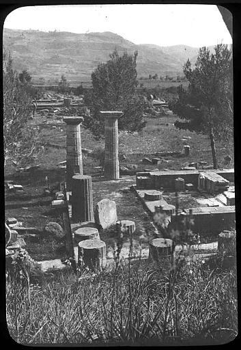 Grèce ; Olympie; Temple d'Heraion Soubassement du temple et colonnes, vue prise des hauteurs PhotographeRoy, Lucien (architecte) Date prise vue 1908