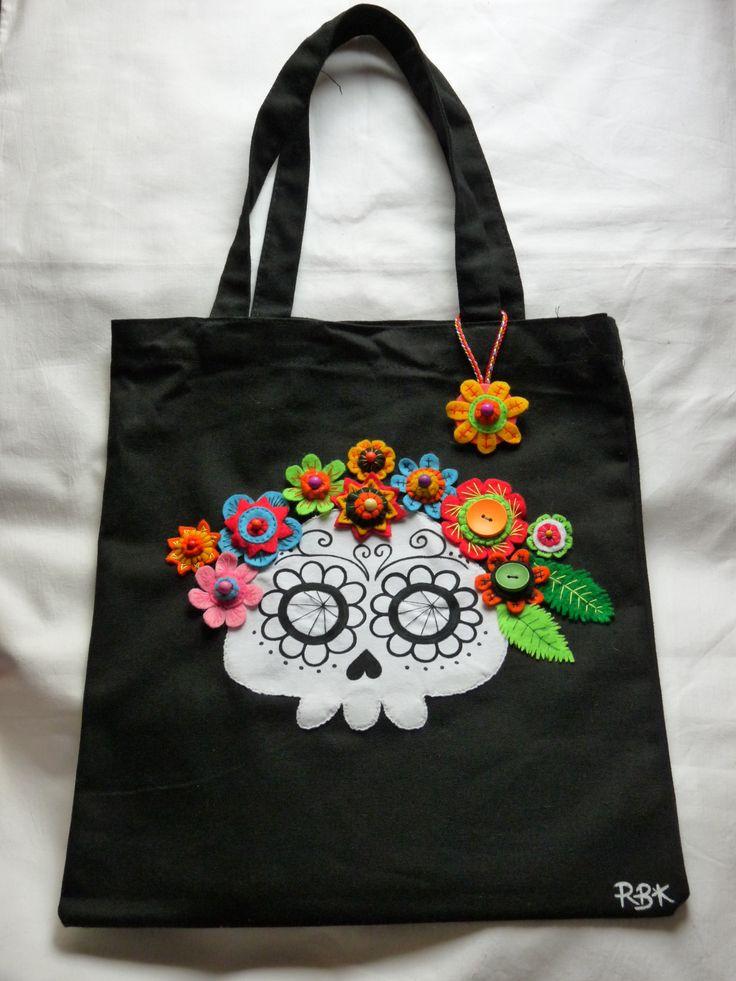 Bolsa de tela en negro con catrina pintada a mano y decorada con flores de fieltro