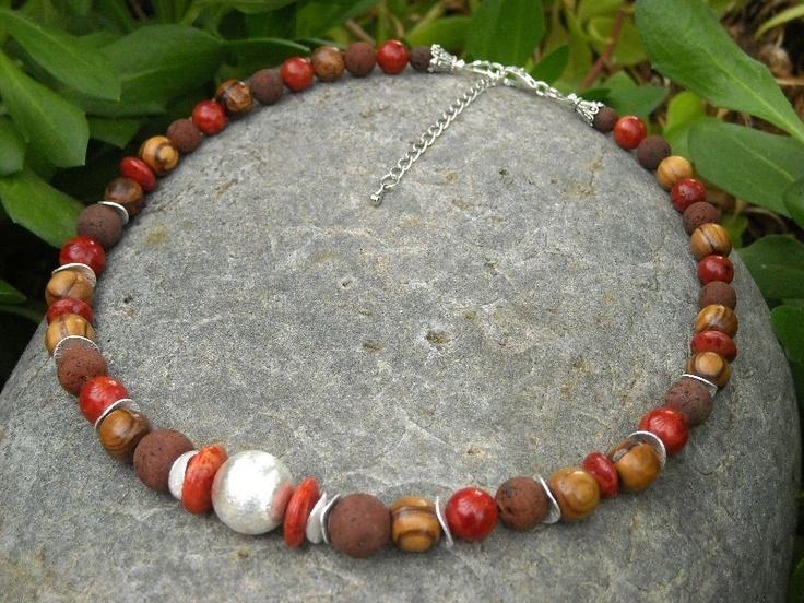 Eine schöne schlichte Lavakette     mit   braunen feinporigen Lavaperlen   und  roter Schaumkoralle  und   wunderschönen Olivenholz-Perlen   von der M