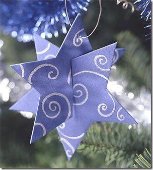 Como fazer estrela de papelão (enfeite de Natal). http://www.viladoartesao.com.br/blog/2009/11/reciclando-papelao-e-fazendo-enfeites-de-natal/