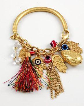 """La Mano de Fátima es un amuleto protector de origen islámico, representa una mano con sus dedos juntos señalando hacia abajo y un ojo. En los países árabes se conoce también como """"Hams…"""