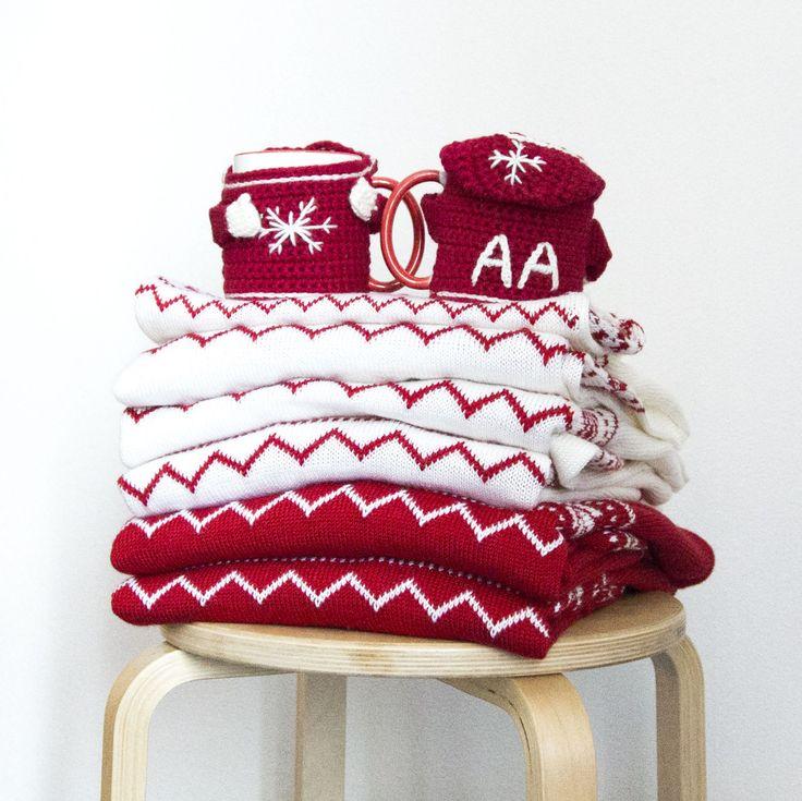 Екатерина заказала у нас на подарок настоящий family-look из 6 свитеров (5 взрослых со скандинавским орнаментом и 1 детский с орнаментом и оленями) и маленькие сувениры - две кружки в вязаных чехлах-свитерках с инициалами будущих владельцев. Мужские свитера - красные, женские - белые. #frautag_familyknitting #вязаниеназаказ #чехол #чехолдлякружки #чехолнакружку #familylook #sweater #свитерсоленями #свитер #вязаныйсвитер #свитерназаказ #handmade #ручнаяработа #knitting #вязание
