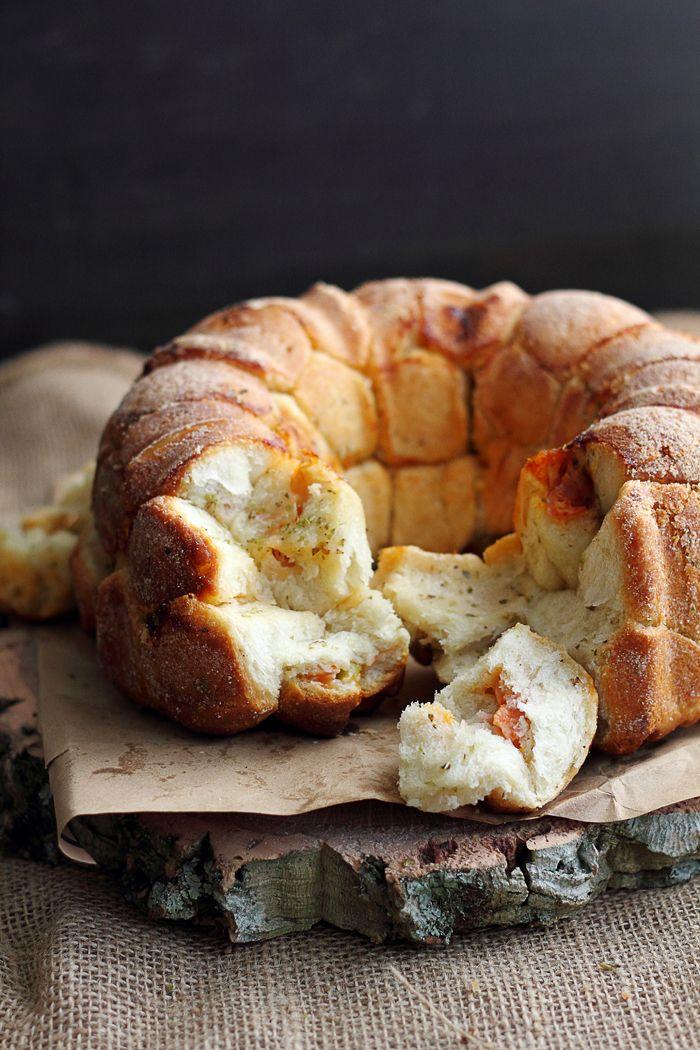 El monkey bread o pan de mono, es un pastel típico de los Estados  Unidos y que por lo general se sirve en el desayuno. Se trata de una  mas...