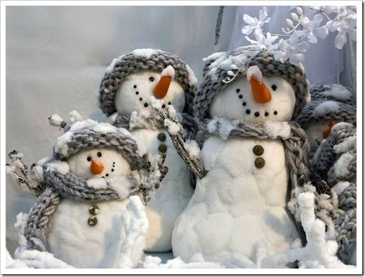 Inspiration: I'm guessing either all cotton balls or styrofoam with cotton balls glued on them.  Very cute. Especially with little clumps of cotton snow glued on their hats and scarves.