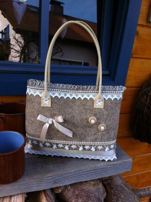 Handmade Dirndl-Tasche Jede Tasche ein Unikat! Diese Handtasche aus beigem Filz mit beige-weißen Accessoires passt perfekt zum Dirndl oder auch zur Lederhosen!