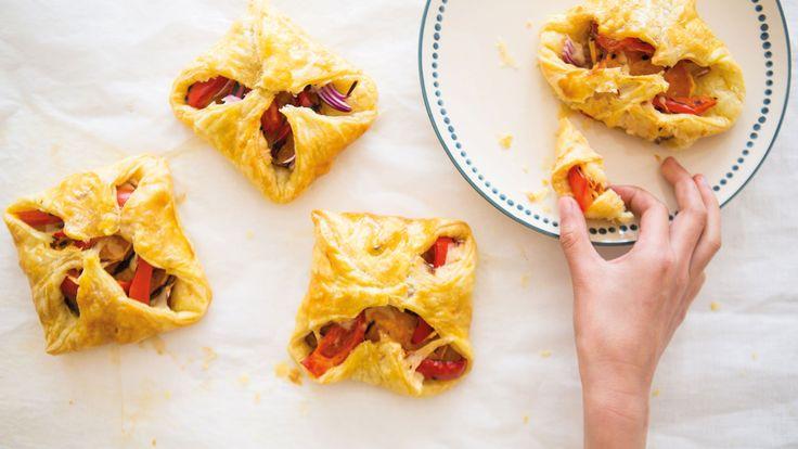 Volkoren bladerdeeg taartjes met gegrilde paprika