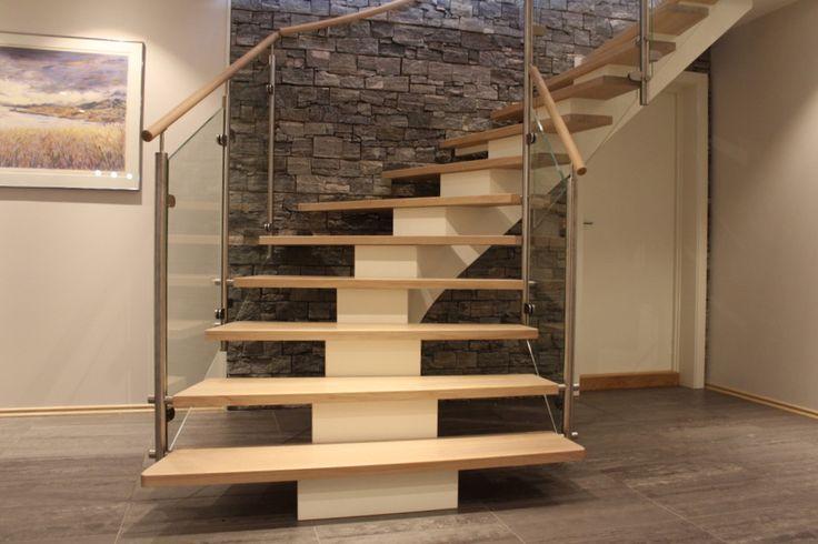 Kurvet midtvangetrapp med ekstra brede trinn | Curved center string stair extra wide steps