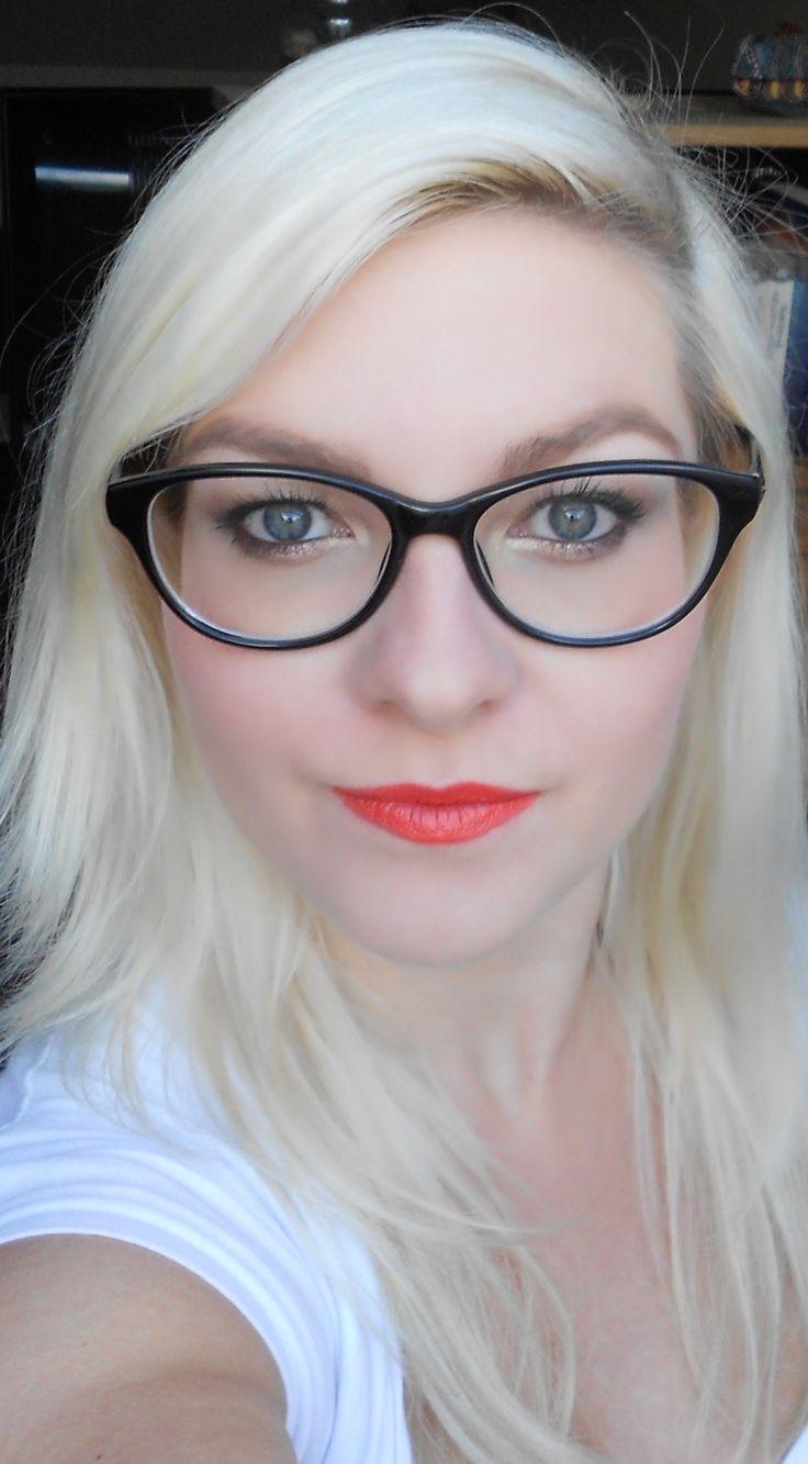 Salut !!! Qui dit femme à lunettes dit...femme coquette ^^ Quoi c'est pas ça ?!!!!! Pour changer un peu des tutos de d'habitude j'ai décidée de vous faire un tuto sur un maquillage que je fais souvent quand je porte mes lunettes. Effectivement quand je...