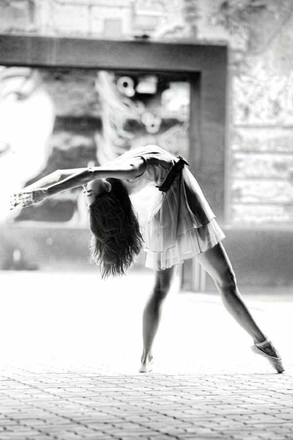 Une photographie noir et blanc au style de Degas [Black & White Photography] *[article: 90 black & white photography ideas to decorate your walls] {image credit: Archzine FR}