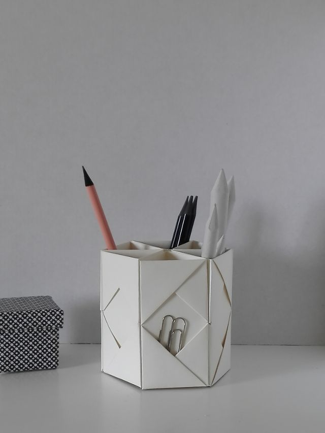 Supplies:  6 square sheets of paper (20 x 20 cm) | power adhesive | a pair of scissors Material:  6 quadratische Bögen P...