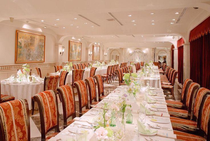 *⋆ฺ。 #披露宴 会場全体の雰囲気はこんな感じ✨ 椅子とカーテンが印象的な赤で、 #テーブル装花 はどうしようか悩みましたが 結局ナチュラルな雰囲気にしてもらいました🌿🌸 案外マッチしてよかったです🌷 . #ナプキン は薄いグリーンで 定番の三角折り💎 見えづらいですがシャンパンカラーの #テーブルランナー も敷いてます。 . とっても素敵な会場なんですが、 縦に長いので後ろの方のゲストは 映像とか余興とか見にくかったかな?💦 映像を何本も流す場合は、 スクリーンの大きさや位置も確認したほうが 良いかもしれません🙆 . #2017春婚 #結婚式準備 #プレ花嫁 #marry花嫁 #結婚式 #結婚準備 #marry #marryxoxo #会費制結婚式 #卒花 #卒花嫁 #結婚式レポ #ウェディングレポ #ウェディングフォト #ナチュラルウェディング#ゲストテーブル#ゲストテーブル装花 #ゲストテーブルコーディネート#卓上装花