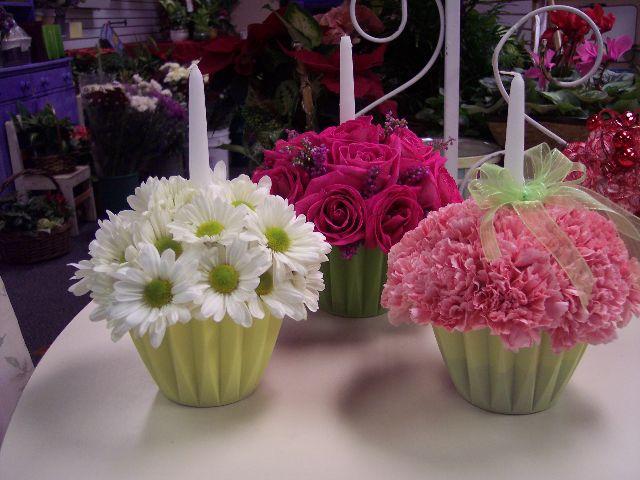 Centros de mesa de magdalenas con flores...