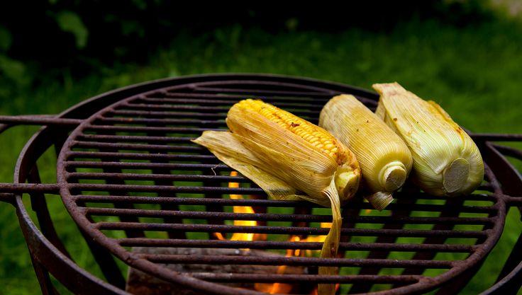 Maïskolven op het vuur