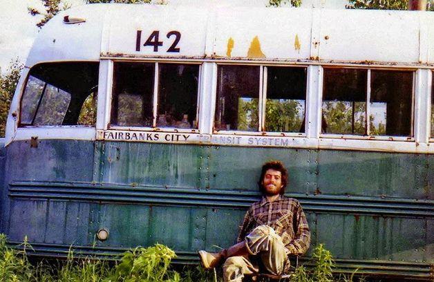 """""""Na Natureza Selvagem"""" é um livro e, desde 2007, um filme, que mais do que um culto, gerou um movimento de novos inquietos, de pessoas dispostas a quebrar as barreiras que conhecem e ir ao encontro do incerto, do novo e, acima de tudo, procurando conhecer o verdadeiro significado da palavra liberdade. A história de Christopher McCandless com..."""