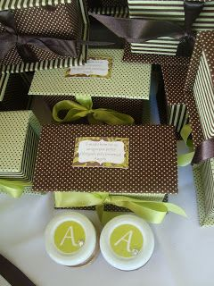 Mesa dos doces          cupcake de chocolate recheado de doce de leite com nozes e cobertura de brigadeiro  bisnaguinha de brigadeiro    ...