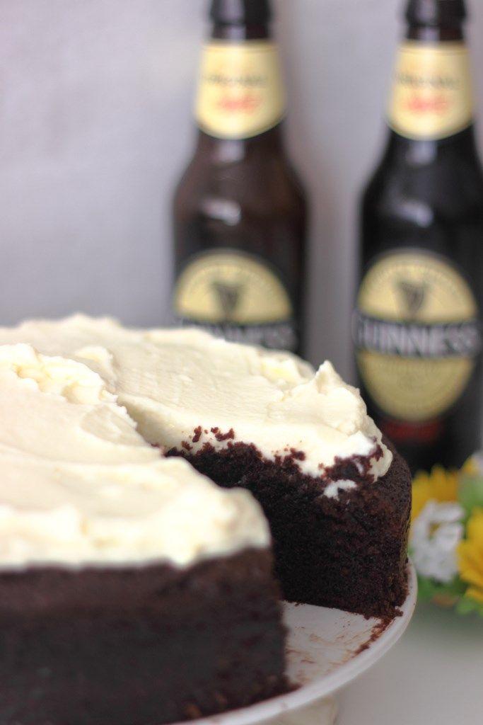 Receta fácil con explicación detallada paso a paso ilustrada con fotografías para preparar una tarta de cerveza Guinness y chocolate.