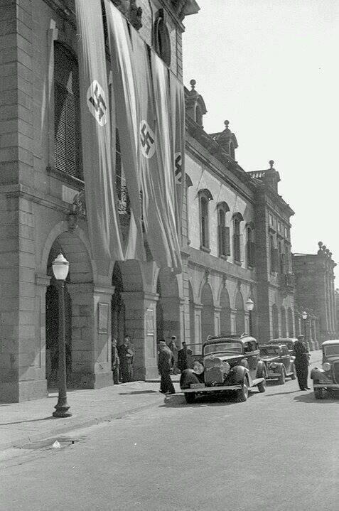 1942. Banderes nazis a l'edifici del Parlament de Catalunya.