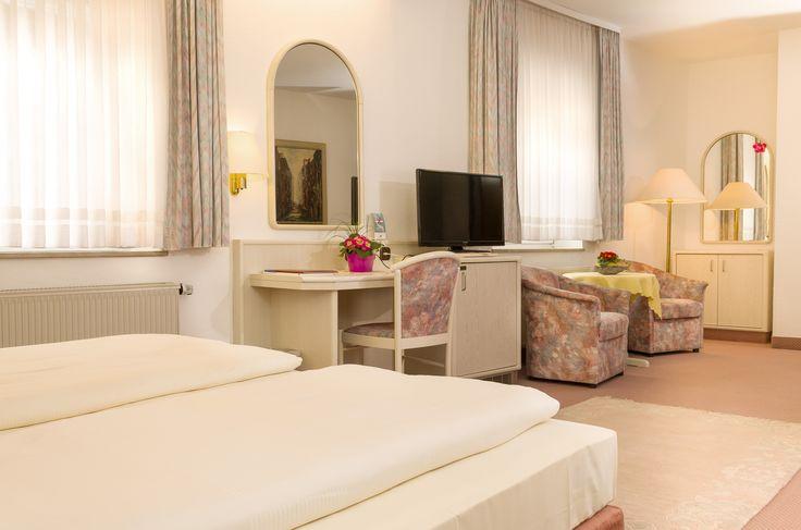 In unserem 3-Sterne Komfort-Hotel ist der Großteil der Zimmer mit Bad/Dusche, WC, Fön, Minibar, TV, Radio und Balkon ausgestattet. In allen Zimmern ist kostenloses WLAN verfügbar. Für unsere Hotelgäste sind natürlich auch Parkplätze verfügbar.