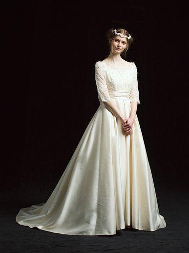ラ レンヌ(La Reine) デコルテが大きくあいた、柔らかなレーストップ×張りのあるシルクのAラインスカートの組み合わせが、品よくクラシカルな印象。