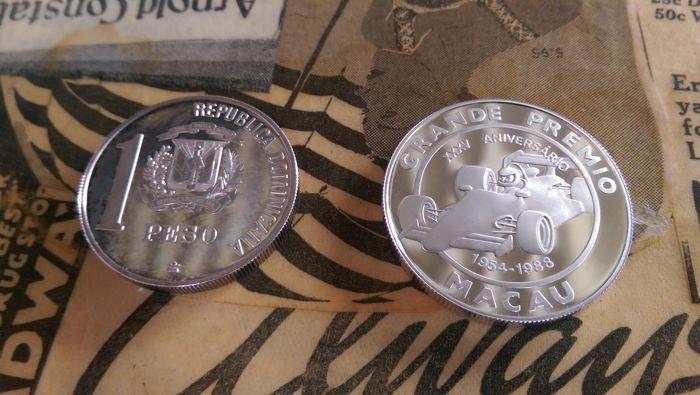 Wereld - Macao (100 Patacas 1988) & Dominicaanse Republiek (1 Peso 1988) - 2 munten - zilver  1. 100 patacas Macao 925 zilver 28.28 g goede staat2. 1 peso 999 zilver 21.10 g 1988 deze munt is aangetast.  EUR 38.00  Meer informatie