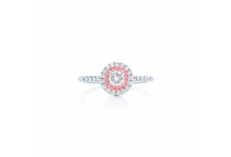 Deze schitterende ring heeft niet alleen witte, maar ook roze diamanten. De droom van iedere vrouw.   De ring is verkrijgbaar voor €7.750.