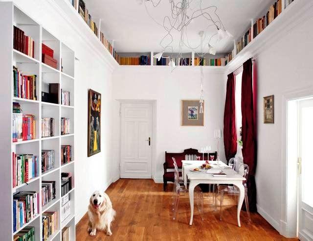 Więcej miejsca w małym mieszkaniu: Jadalnia, która dodatkowo pełni funkcję domowej biblioteki, nie straciła swego reprezentacyjnego charakteru. Równo poukładane na półkach książki nie zdominowały wnętrza.