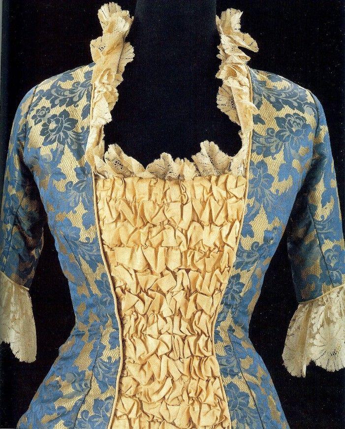 """платье покроя """"принцесса"""" (узкое, не разделённое на юбку и лиф, плотно облегающее талию и бёдра), чья хозяйка чувствовала себя, вероятно, одной из самых модных дам 1878 года. Ещё бы! Новый фасон в честь принцессы Уэльской, такой обманчиво-простой – и роскошная ткань с небесно-голубыми узорами на золотистом фоне"""