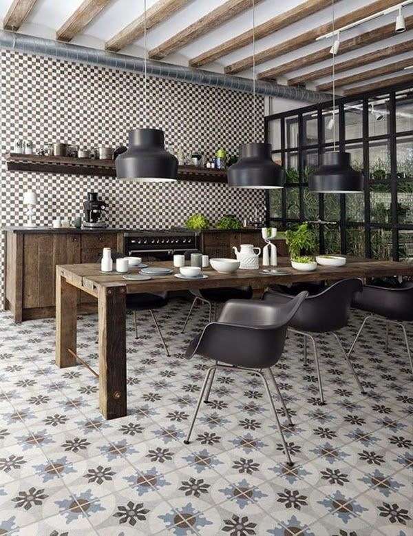 Curioso suelo hidráulico, en esta cocina de estilo industrial.