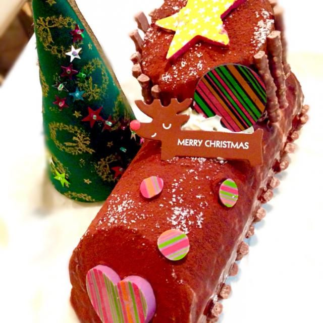 クリスマスケーキ第2弾はブッシュドノエル✨ …って、いま何時⁇ もう寝ないと  息子からチョコレートのクリスマスケーキもリクエストされていたのですが、忙しくてスルーしようと思ってたら…寝る前に『忘れてないよね⁇』と念を押されたので 共立てのココア生地にチョコ生クリームをたっぷり巻き、外側にも薄くチョコ生クリーム塗って、さらにチョコレートソースをたらり、ココア振りかけました。飾りのチョコは転写シートで簡単に♫  素敵なブッシュドノエルをUPしていたともさん、くみちゃん、さくちんさん、食べ友お願いします こんな時間にごめんね - 129件のもぐもぐ - ブッシュドノエル♫ by ふぅ