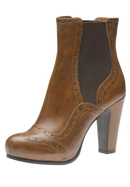 Die neuen Stiefeletten von Evita Shoes präsentieren sich mit der feinen Zierlochung im ultrafemininen Look. Das Plateau und der High Heel zaubern schöne, lange Beine. Der Elastikeinsatz im Chelsea-Stil sorgt für angenehmen Sitz und bequemes An- und Ausziehen.  Evita Shoes - Leidenschaft für italienische Schuhe und Accessoires.Evita Shoes Damenstiefelette aus Glattleder100 mm Absatz mit PlateauHoher Tragekomfort dank Innensohle aus EchtlederGummisohleRunde Schuhspitzematerial100%…