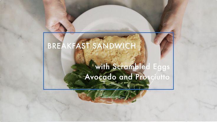 アボカドと半熟スクランブルエッグの朝食サンドイッチ