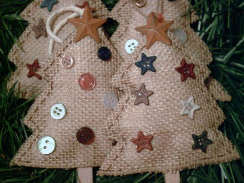 Arbolito de Navidad decorado con *estrellas.*                                                                                                                                                     Más