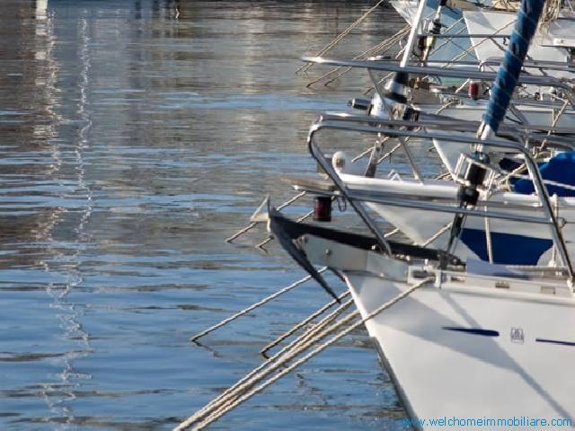 Situato di fronte al mare, nel centro storico di Carloforte, a 50 mt dal porto turistico è il punto di partenza ideale per visitare l'Isola di S.Pietro.