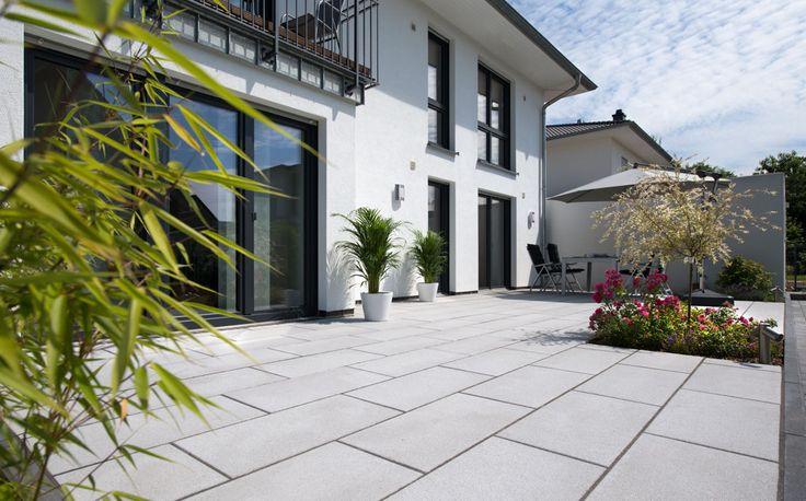 Habanera® - Glanz im großen Format.  Klares Design, ebene Oberflächen und dezente Farben: Habanera sind die großformatigen, modernen Terrassenplatten, die jeder Garten- und Terrassengestaltung eine exklusive Ausstrahlung verleihen.