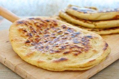 El naan es un #pan plano tradicional de la #India, que se prepara normalmente en la plancha o en los hornos #tandoor, de barro. Son unos panes ligeros y muy fáciles de hacer, con una #masa enriquecida con #yogurt, y que se puede servir tal cual o bien rellenar con #queso y verduras, como en esta receta de pan #naan relleno de queso y #cebolla. by willie
