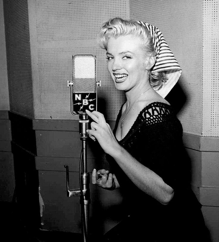 Marilyn Monroe at NBC Radio 1952. http://pic.twitter.com/y95hWpxy01   Lost In History (@HistoryToLearn) October 31 2017