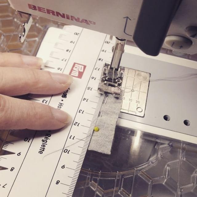 Frisst Eure Nähmaschine auch gern die Kanten am Nahtanfang bei feinem Jersey?! Hier die Lösung des Problems #nähen #sewing #nähnerd #nähblogger #nähenfürmich #nähenmachtglücklich @prym.consumer #berninaag #hilfsmittel #easy #diy