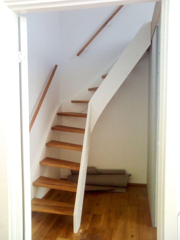 Timber Dan Tømrer og snedkerfirma - En trapper behøver ikke fylde så meget og gør en hems noget mere brugbar. Denne trappe er udført med hvide vanger og egetræs trappetrin samt en håndliste monteret direkte på væggen.