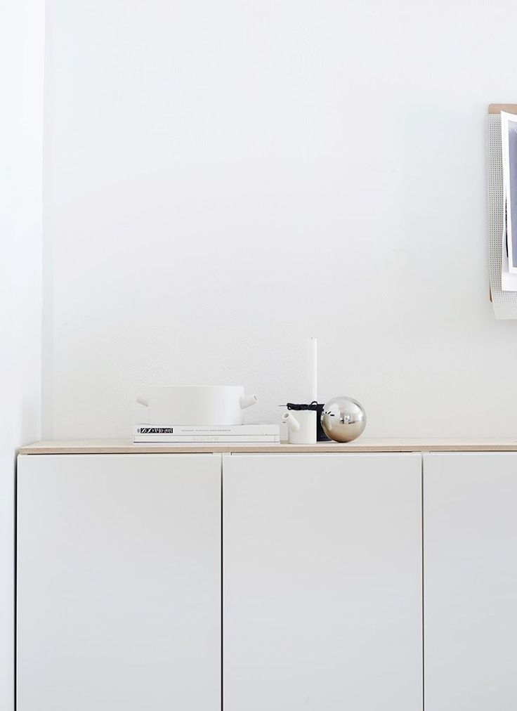 Love this minimal approach to decorating.